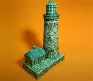 Модель старинного каменного маяка из бумаги/картона
