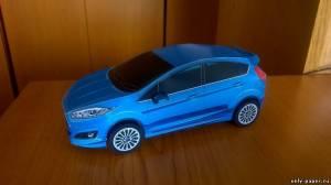 Модель автомобиля Ford Fiesta из бумаги/картона